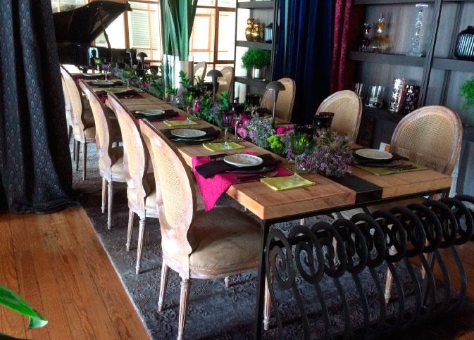 Mesa-de-comedor-en-madera-con-platinas-de-hierro
