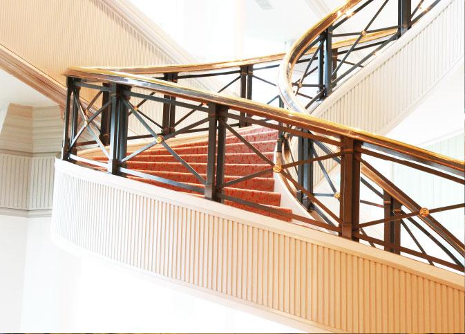 Pasamanos-de-bronce-escalera-principal